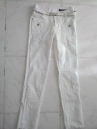Vendo uma calça branca com cinto tamanho M nunca usado