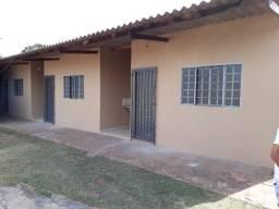 Kitnet com banheiro, pia de cozinha, forrada, lavanderia, garagem. Vila Popular