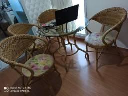 Conjunto de mesa com 4 cadeiras e 2 banquetas