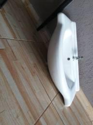 Cuba de pia com torneira com fechamento automático