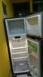 Vendo uma geladeira inox zero de mas meu zap *