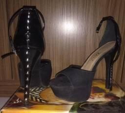 Sandália de salto alto.