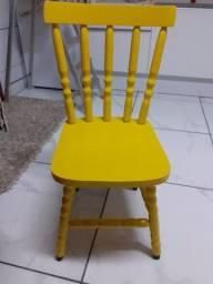 Cadeira colorida de madeira