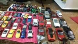 Vendo coleção de carrinhos e motos e aviões 121 peças incluindo uma moto de metal