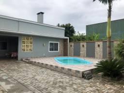Casa com piscina no centro de Itapoá-SC