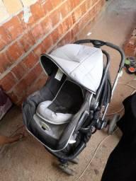 Carrinho para bebê com bebê conforto