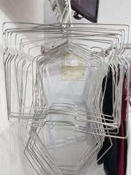 Cabide cromado de roupa
