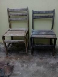 Vendendo esta 2 cadeiras de madeira maciças precisa pintar