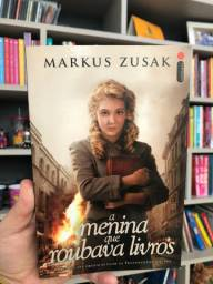Livro A menina que roubava livros, Markus Zusak (Vem com brinde), em bom estado