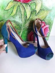 Sandália belíssima salto 13cm. Em cores azul bic, verde e detalhes cobre.