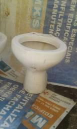 Dois vasos sanitários,uma tampa de vaso,uma duchinha e duas pias