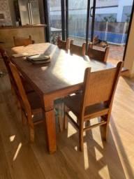 Mesa com 8 cadeiras de madeira maciça