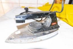 Ferro de Passar Roupa Walita 127V em Plástico Preto 10 cm x  11 cm x  23 cm