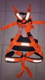 Cinto de segurança tipo paraquedista.