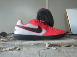 Chuteira de Futsal Nike Tiempo Legend 8 Club Vermelha e Branca (usada apenas uma vez)