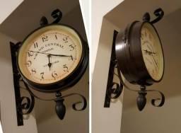 Relógio duplo, estilo estação, importado.