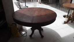 Mesa redonda de madeira com pés trabalhado