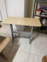 Mesa com pés de ferro   com duas cadeira