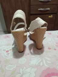 Vendo duas sandálias novas nunca usadas número 34