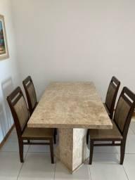 Mesa em granito bege Bahia e cadeiras em madeira
