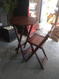 Mesa bistro com uma cadeira