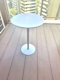 Mesa lateral redonda, branca, em metal