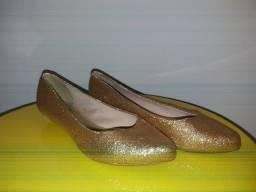 Sapatilha dourada com glitter