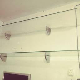 Pratileira de vidro temperado com os suportes cromados.