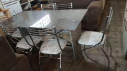 Mesa de mármore e cadeiras cromadas