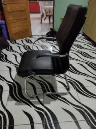 Vendo linda cadeira de couro de escritório