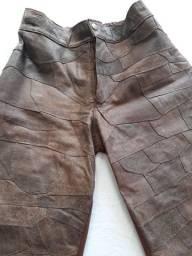 Calças marrom em couro legítimo, trabalhada em recortes