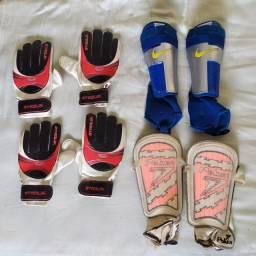 Jogo de caneleira e luvas de futebol