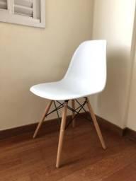 Cadeira Eames branca com pés de madeira