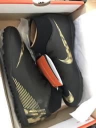 Chuteira Society Nike Mercurial Superfly 6 Club - Preto e Dourado