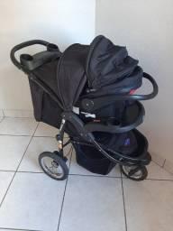 Carrinho de bebê, com bebê conforto que encaixa no carrinho, e banheira com suporte