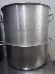 Panela e galão grande de alumínio