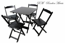 Mesa com cadeiras dobráveis de madeira.