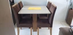 Mesa com quatro cadeiras estofadas