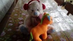 Urso e ponei de pelucia