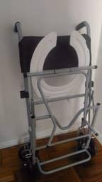 Cadeira de rodas para banho de idoso