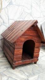 Casa pequena de madeira para cachorro