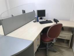 Mesa p escritório com divisória e gavetas