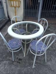 Mesa com tampo de vidro 4 cadeiras usada