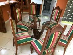 Mesa de madeira entalhada e cadeiras