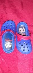 Vendo uma sandália e dois sapatinhos