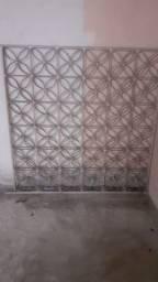 Grades, janela e pia de mármore