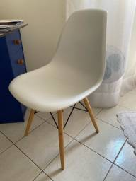 Título do anúncio: Cadeira branca com base de madeira