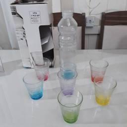 Garrafa de vidros com 6 copos colorido novo imperdível