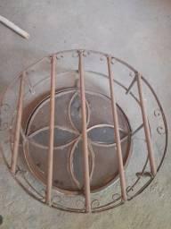 Janela redonda com vidro , em ferro com grade