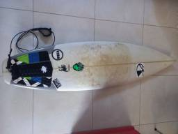 Prancha de surfe, duas roupas, snorkel e brinde